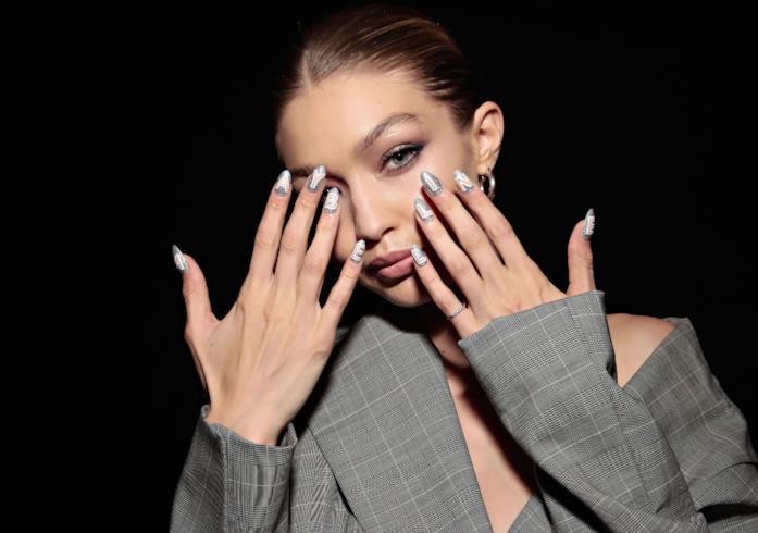 Gigi Hadid e il look beauty per Maybelline New York