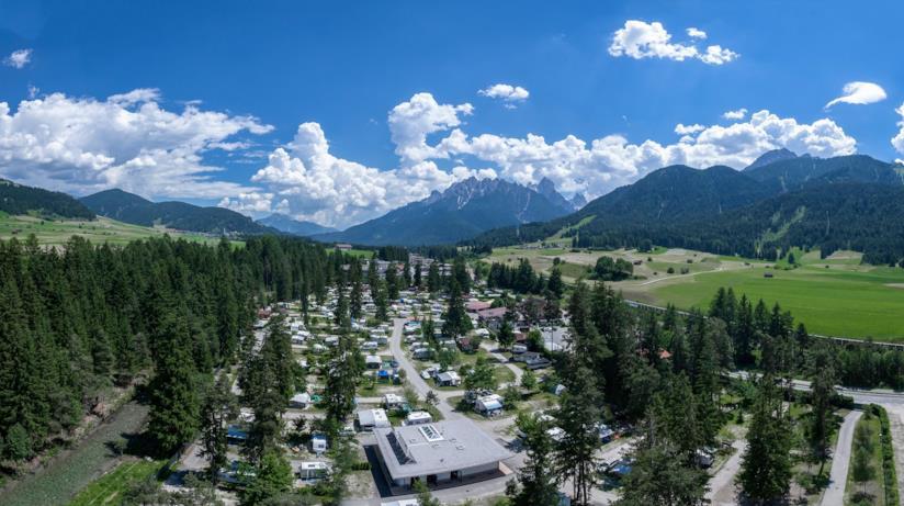 Campeggio in montagna visto dall'alto.