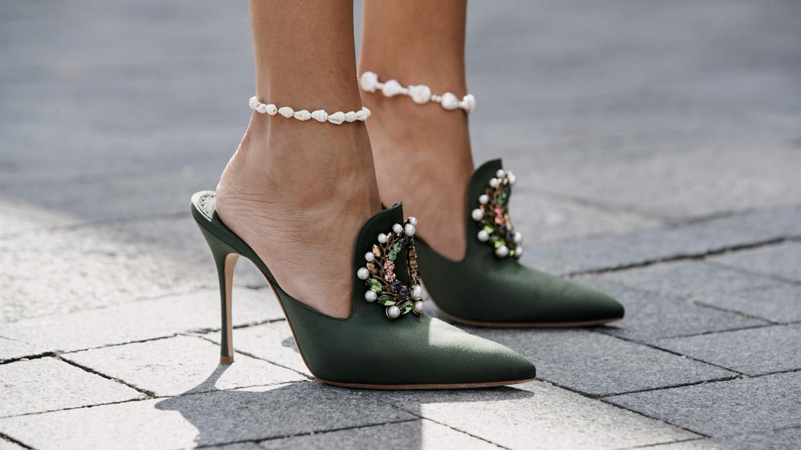 Il bracciale al piede è l'accessorio must dell'estate