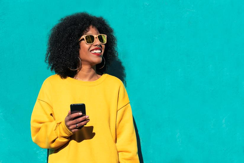 Una donna tiene in mano un cellulare