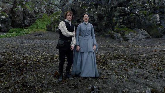 Jamie col braccio ferito e Claire sulla spiaggia
