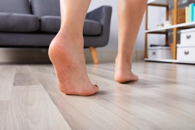 A piedi nudi sul pavimento