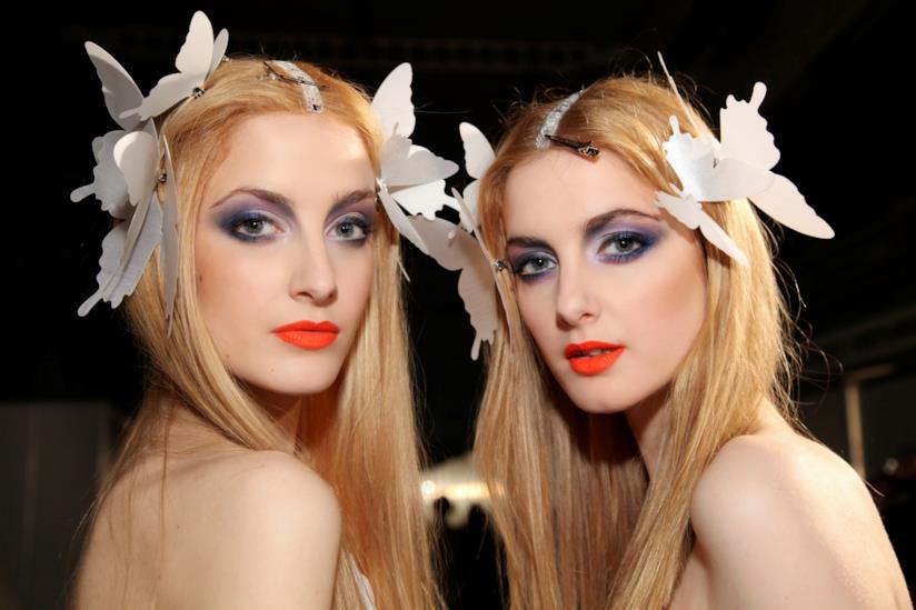 Ragazze con farfalle bianche nei capelli