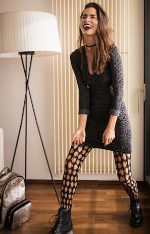 Modella in piedi con look Wolford ispirato ad Ashley Graham
