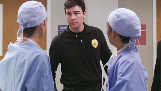 Kyle Chandler in una scena tratta dall'episodio Codice nero di Grey's Anatomy
