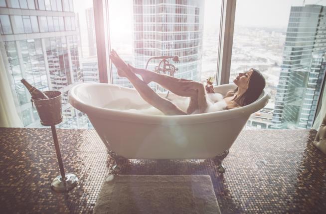 Una donna in una vasca da bagno