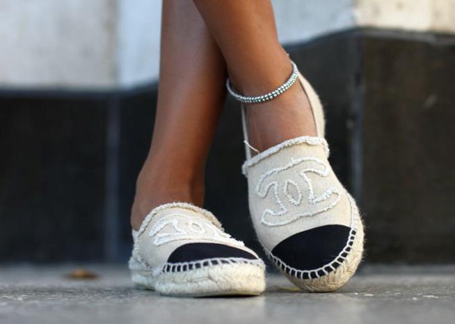 Le espadrilles Tory Burch con il monogramma di Chanel