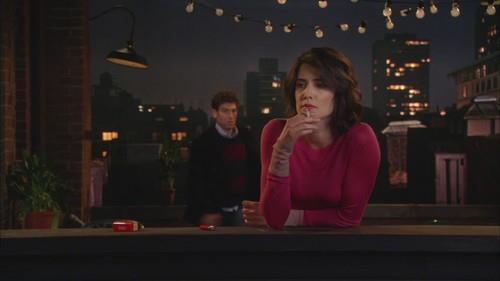 Ted arriva mentre Robin fuma una sigaretta sul tetto