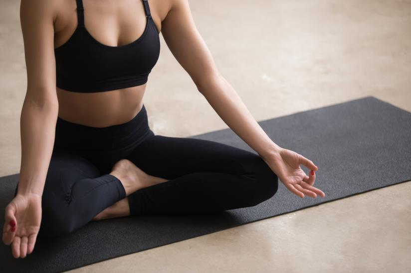 Una donan che fa yoga.