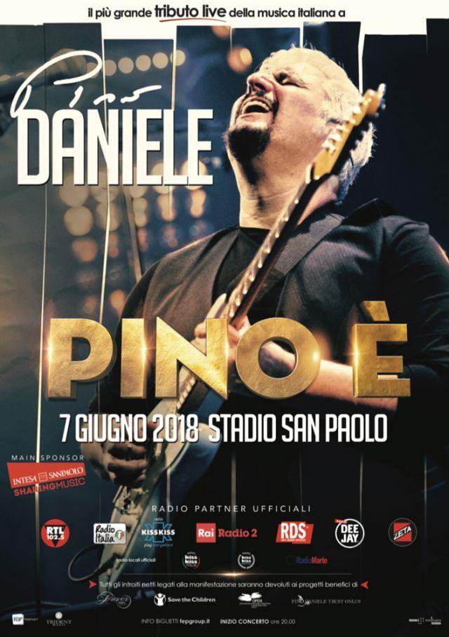 La locandina di Pino è, con Pino Daniele che suona la chitarra