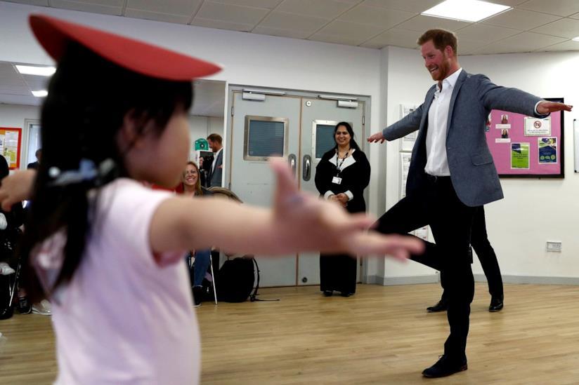 Principe Harry in una posizione di danza classica