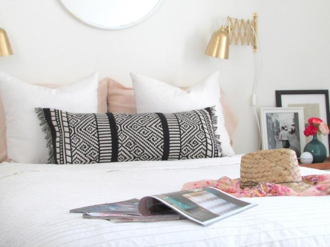 Un letto con il cuscino realizzato a mano