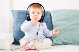 Un bambino ascolta la musica