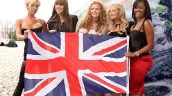 Le Spice Girls con la bandiera britannica