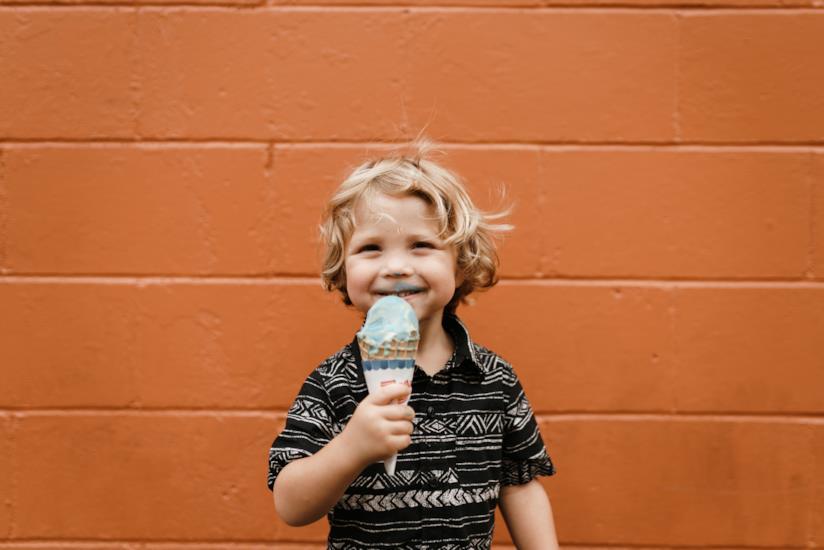Bambino con gelato