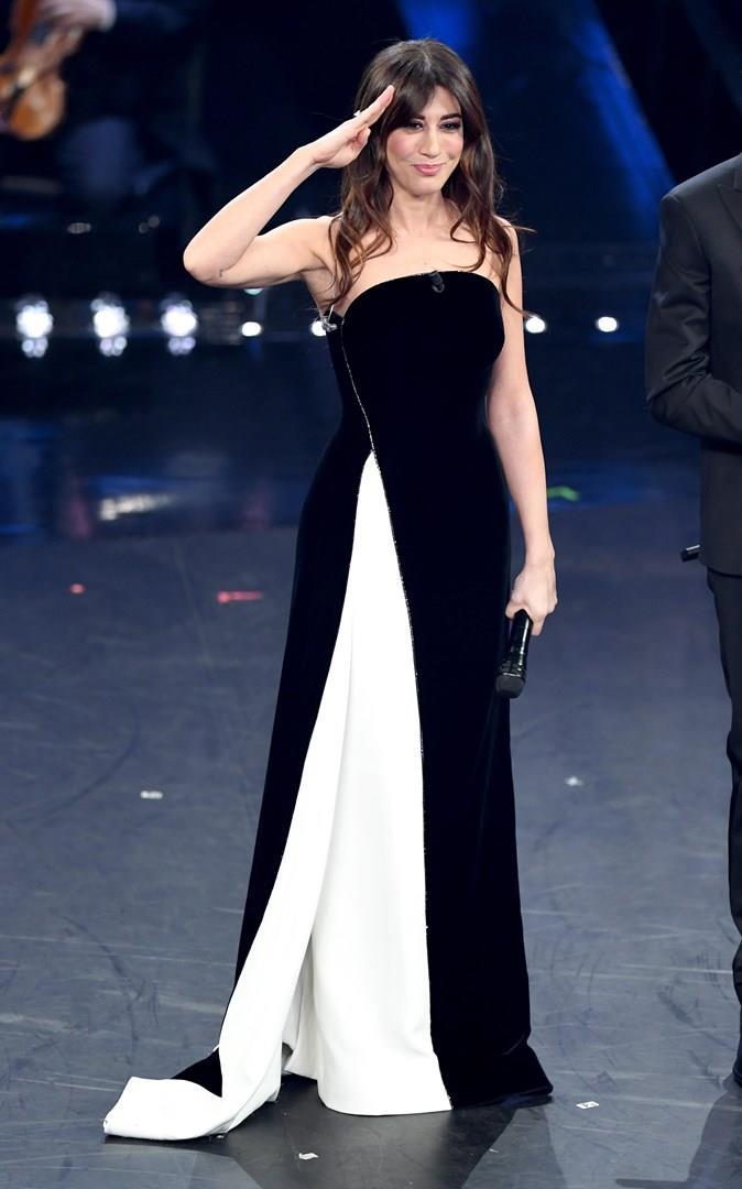 Sanremo 2019  tutti gli abiti di Virginia Raffaele al Festival 49fa58b84f4d