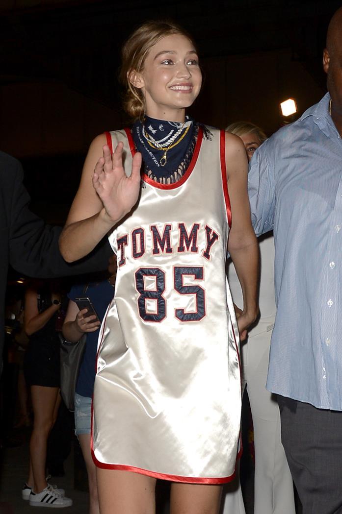 Gigi Hadid con un abito Tommy Hilfiger