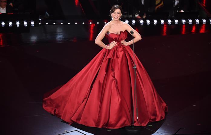 Virginia Raffaele a Sanremo 2019 con abito rosso