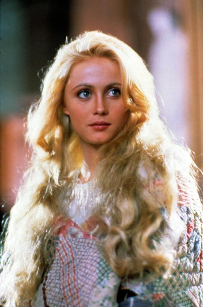 Emmanuelle Béart interpreta un angelo caduto sulla Terra per un'ala spezzata