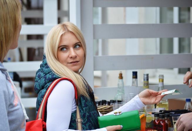 una ragazza che acquista in un negozio