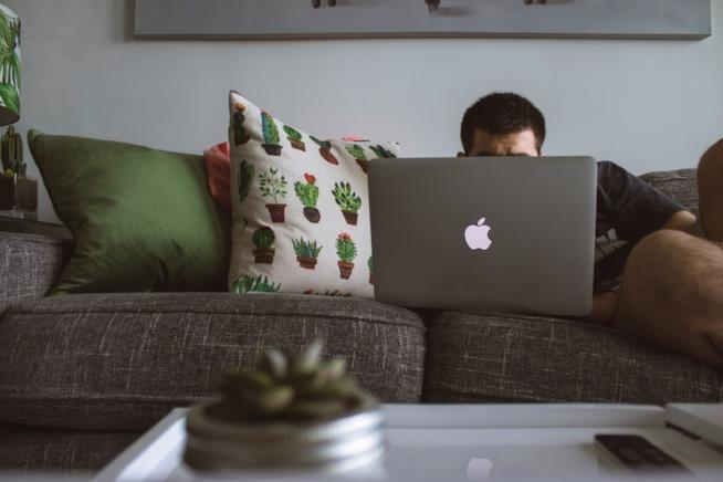 Stare a casa davanti al computer