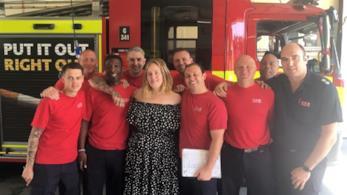 Adele con i pompieri impegnati con le ricerche nella Grenfell Tower