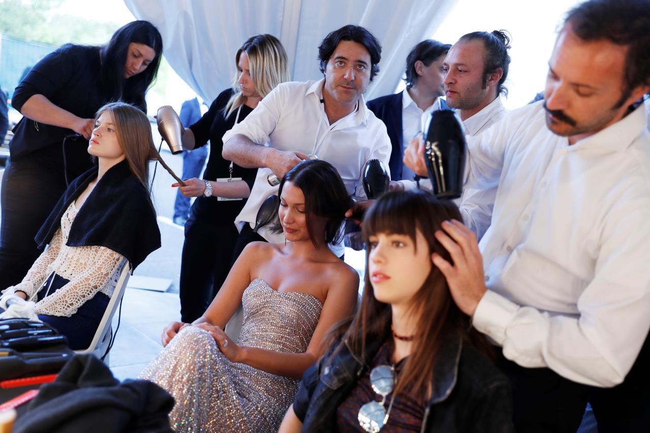 Bella Hadid mentre viene pettinata dai parrucchieri