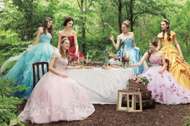 ce01ab2827ed Le principesse Disney sedute a tavola nella foresta Disney Japan 10.  Gallery  Gli abiti da sposa Disney