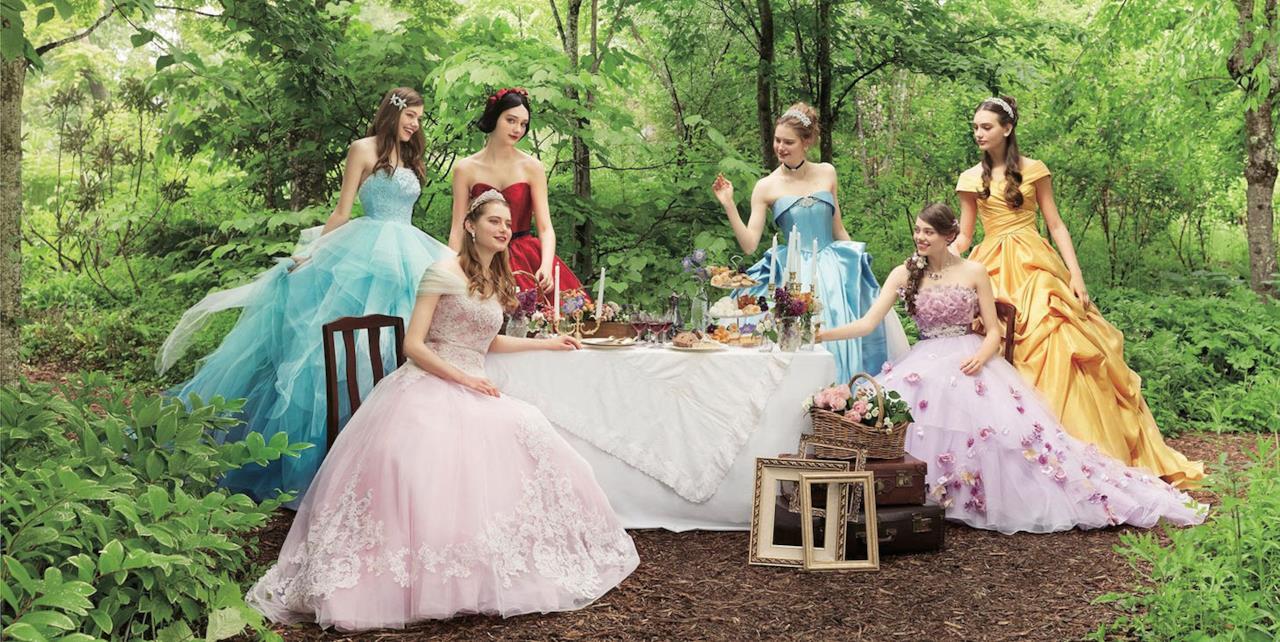 Le principesse Disney sedute a tavola nella foresta