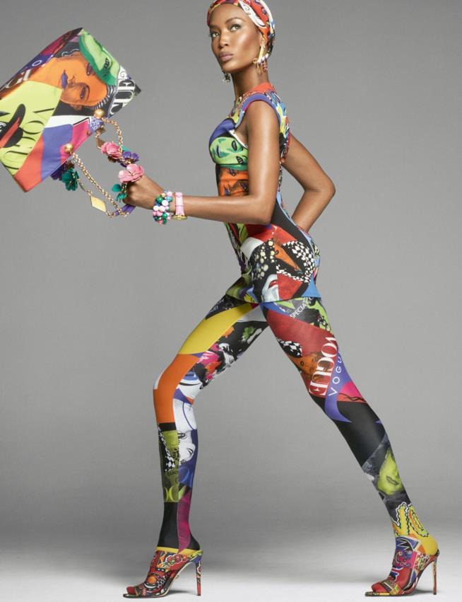 La modella indossa una tuta ispirata agli anni '90