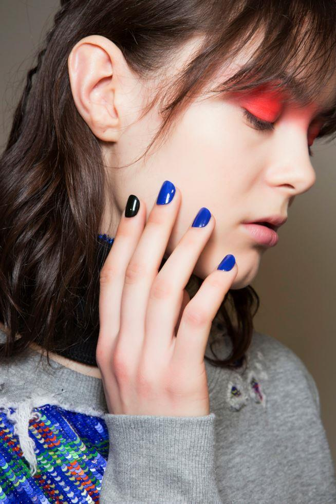 Nail art in gel bicolore nero e blu