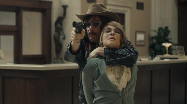 Ethan Hawke e Noomi Rapace nel film Rapina a Stoccolma
