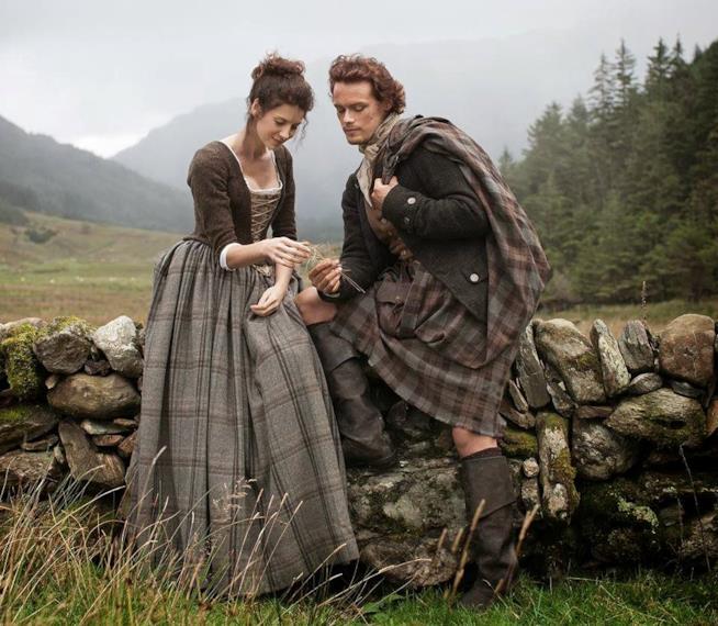 Claire con l'abito in tartan e Jamie con il kit