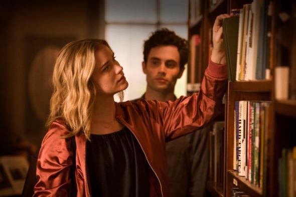 Beck prende un libro mentre Joe la guarda