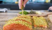 La ricetta del salmone gratinato con pistacchi conquista il palato di grandi e piccini