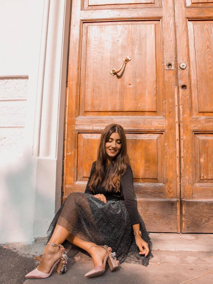 Arianna Cavina con dress argentato e decolletè gioiello