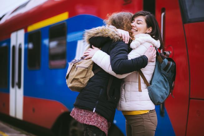 Due ragazze si abbracciano alla stazione