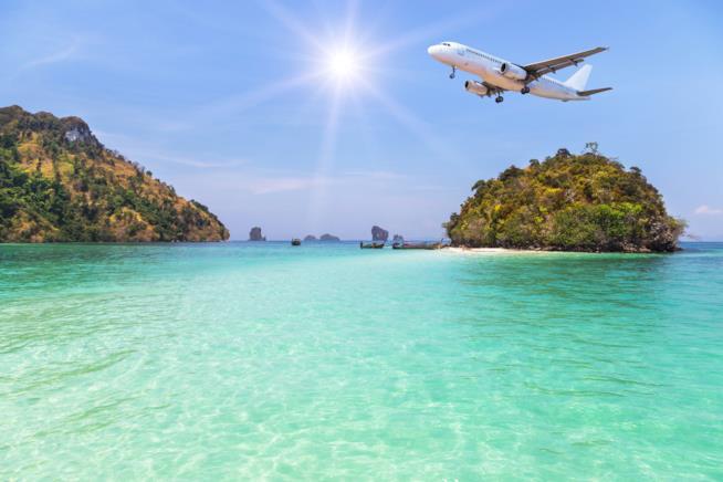 aereo che sorvola il mare