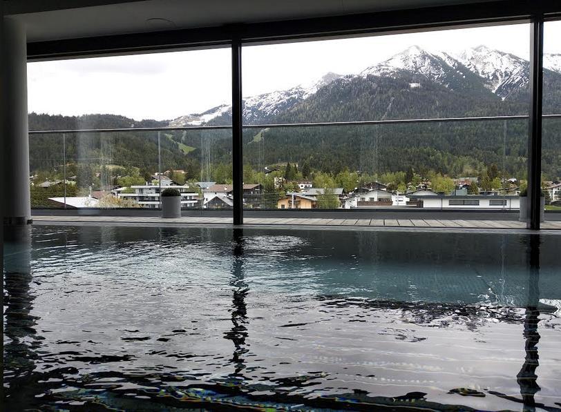 Vista sulla montagne da piscina idromassaggio interna