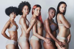Ragazze in lingerie in fila