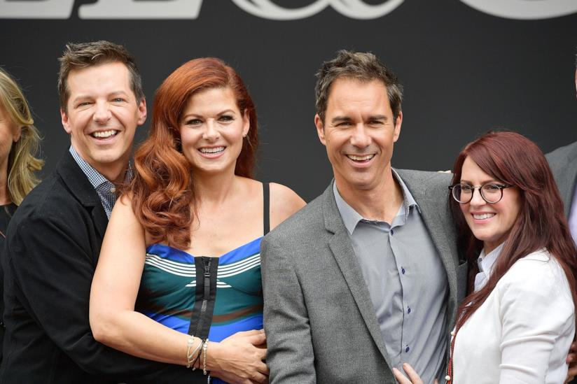 Il cast di Will & Grace in posa dinanzi le fotocamere