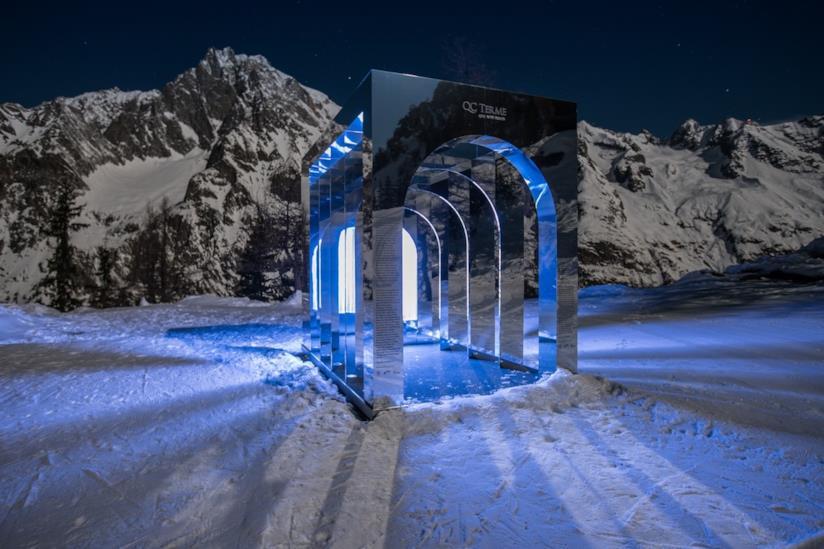 Il portale dell'aQCua di notte