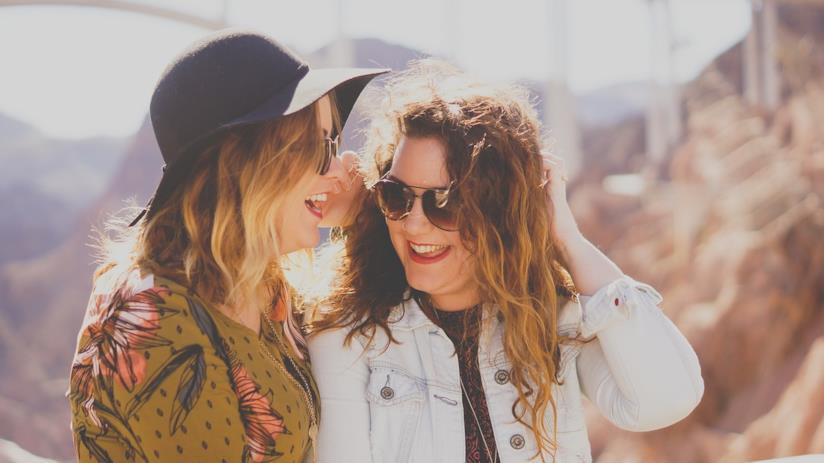 Due ragazze che sorridono.