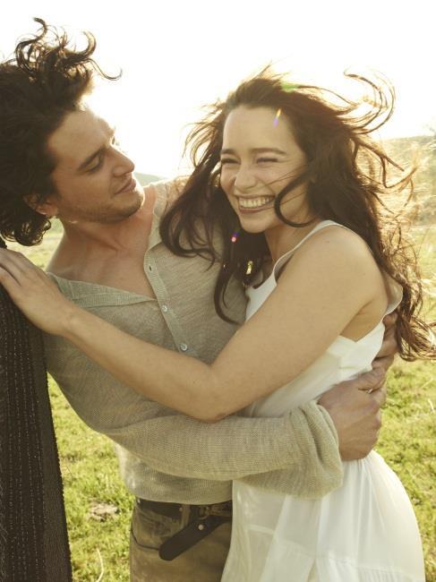Emilia sorride tra le braccia di Kit
