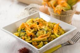 Piatto quadrato con fettuccine, fiori di zucca e zucchine
