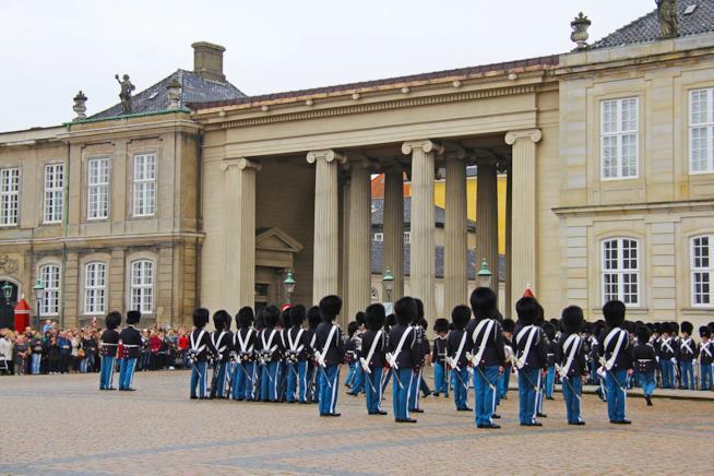 Il cambio della Guardia al castello di Amalienborg