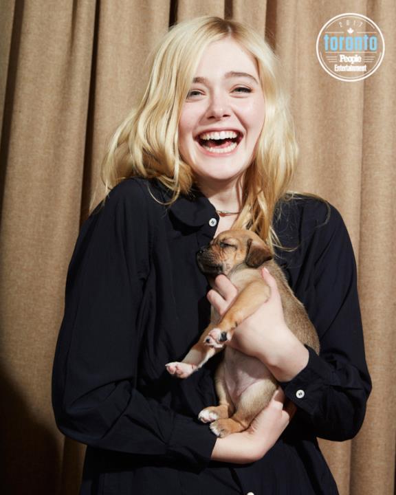 Elle Fanning tiene un cucciolo in braccio