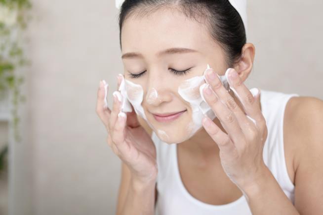 Una ragazza esegue lo scrub sul volto