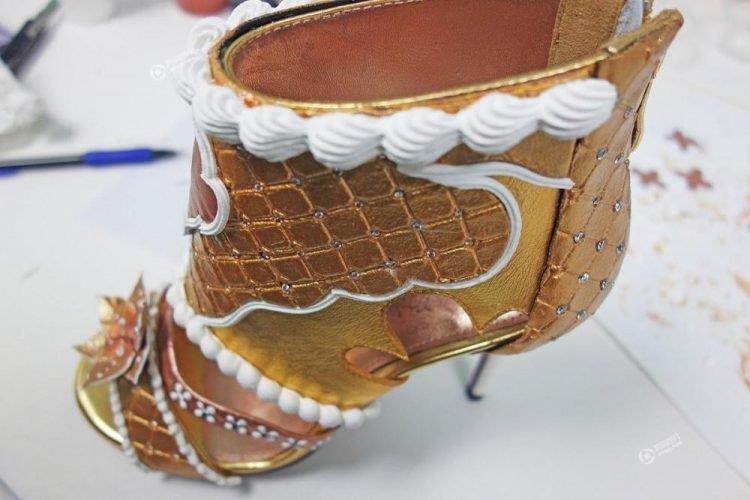Una visione laterale dei sandali più costosi del mondo