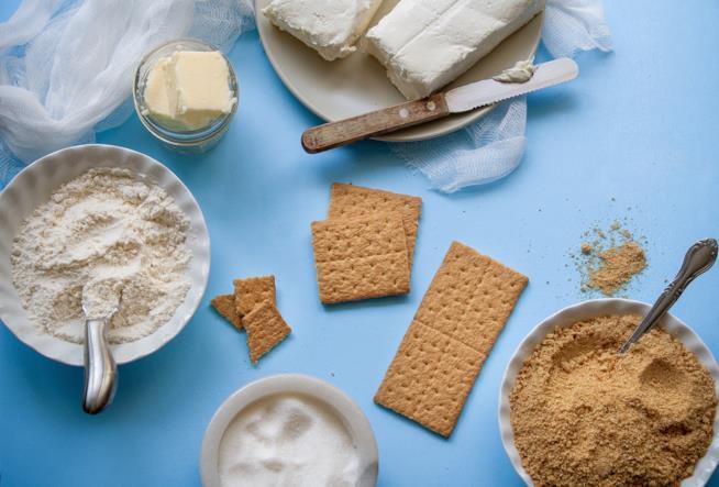 Tavolo con biscotti e farine